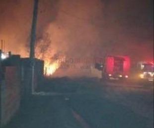 foto: Barrio Ponce: bomberos controlaron anoche un voraz incendio