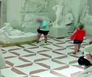 foto: Un turista rompió una escultura de 200 años por posar para una foto