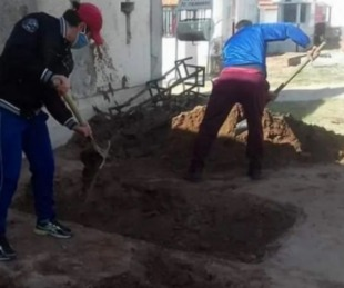 foto: Su mamá murió por Covid19 y tuvo que cavar una fosa para enterrarla