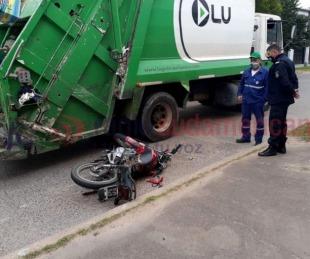 foto: Moto impactó contra las ruedas de un camión recolector de residuos