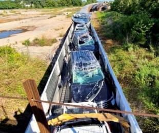 foto: Video: chocó un tren de carga con autos de Ford recién fabricados