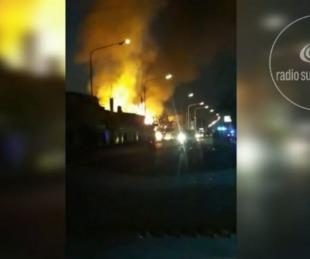 foto: Video: Voraz incendio en maderera fue combatido por 7 dotaciones