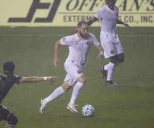 foto: Higuaín debutó con un penal errado y un rival se le burló en la cara
