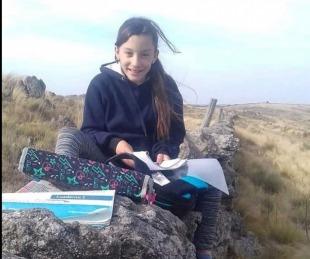 foto: Sin señal en su casa, caminaba 3 kilómetros para hacer la tarea