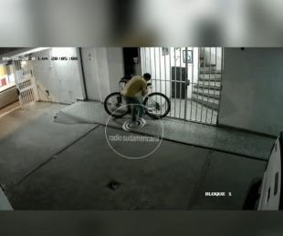 foto: En menos de 1 minuto se robó una bicicleta de un edificio céntrico