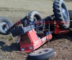 foto: Volcó un tractor de la Municipalidad de El Sombrero en Ruta 12